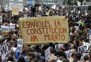 En esta pancarta se puede leer, 'Españoles, la Constitución ha muerto'.