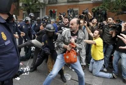 Efectivos de la Policía Nacional cargan en la plaza de Neptuno.