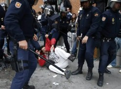 Los policías cargan contra un manifestante del 25S.