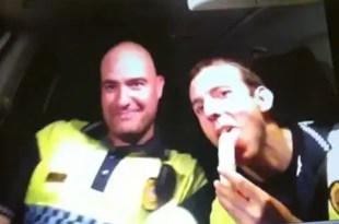 Policías suspendidos por vídeo obsceno en su coche patrulla - Ver Vídeo