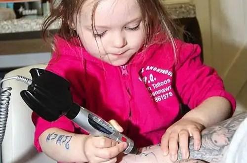 Insólito: Madre le tatúa a su pequeña hija - Fotos