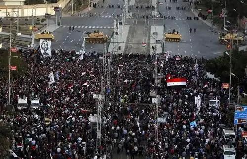 Cientos de egipcios marchan hacia el Palacio Presidencial