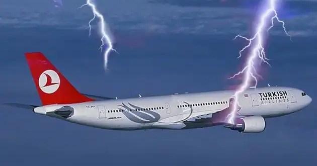 Insólito: Avión es alcanzado por rayo y se incendia en pleno vuelo - Vídeo