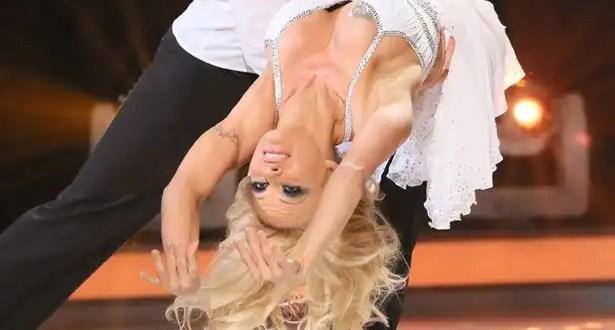 Pamela Anderson muestra los pechos en 'Dancing on Ice' - Vídeo