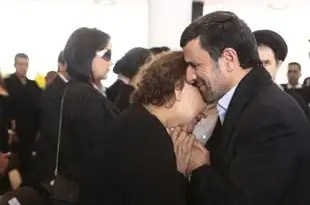 Críticas al presidente de Irán por abrazar a la madre de Chávez
