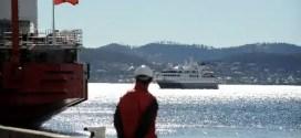 Barco ruso queda atrapado en los hielos de la Antártida con 74 personas a bordo