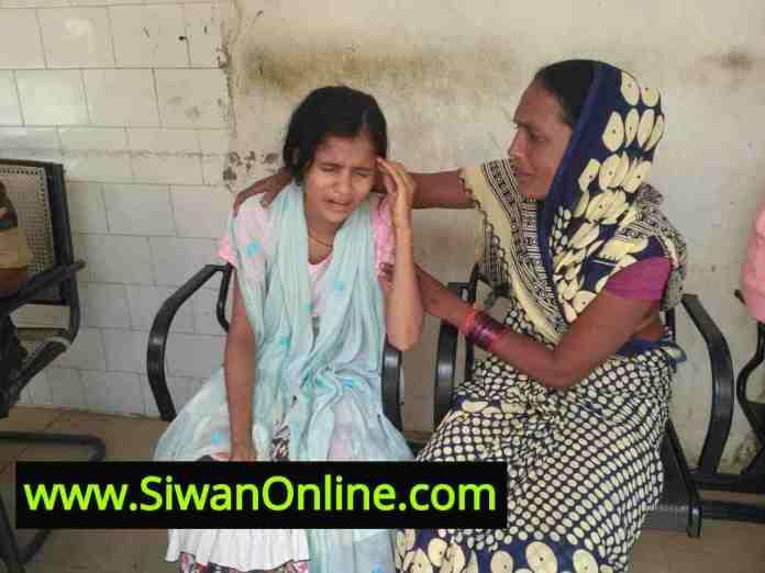 घायल इंदू कुमारी के साथ रोते बिलखते परिजन