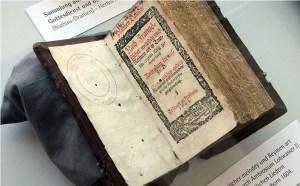 """Das älteste Gesangbuch der Ausstellung: """"Die Psalmen Davids"""" von 1604. Foto: EKvW"""