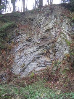 Der Steinruch bei Beddelhausen wurde wegen seiner beeindruckenden Gesteinsfaltung von Fachwiisenschaftlern als eines der 77 spektakulärsten Geotope Deutschlands ausgewählt.