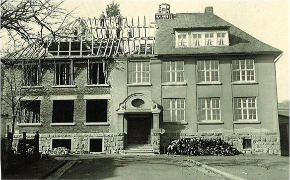 Im dritten Erzählcafé dreht sich alles um die Schule. Das Foto zeigt den Bau der Grundschule in Burbach.