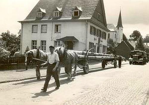 """Die Nassauische Straße in Burbach mit der """"Alten Post""""."""