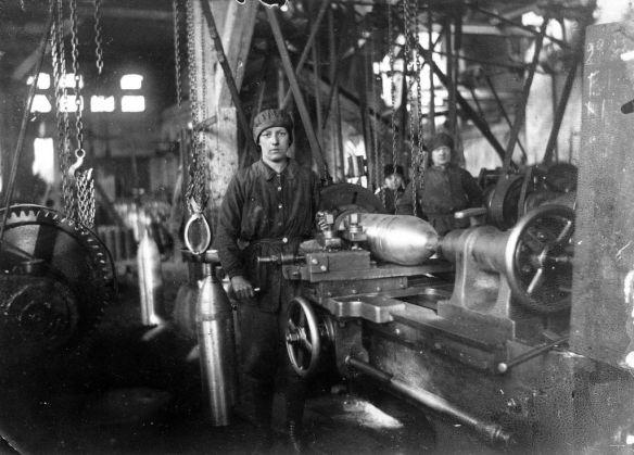 """Fabrikarbeiterin in der Granatenproduktion der Firma """"Siegener Maschinenbau A.G. , vorm. A. u. H. Oechelhäuser"""", 1917 (Vorlage: Stadtarchiv Siegen)"""