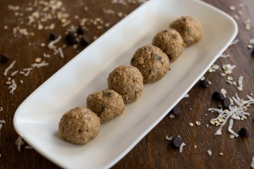 No Bake Protein Balls | Energy Balls | No Bake Dessert | Energy Bites | Protein Bites | No Bake Energy Bites | Peanut Butter Balls | These five ingredient protein balls are a breeze to make and a delicious treat when you need that afternoon pick-me-up. Sweetened only with sugar, they are a great option for a guilt-free snack! Find the recipe at SixCleverSisters.com