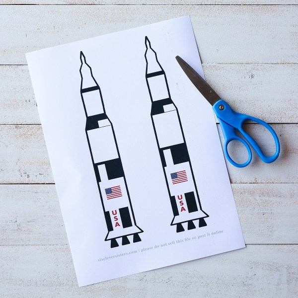 Straw Rockets Craft (with Free Rocket Template) | Straw Rocket Printable | Rocket Craft for Kids | Apollo 11 Paper Craft (with Free Rocket Printable) | Apollo 11 Printable Craft | Straw Rocket Printable Craft with free template on the Six Clever Sisters blog!