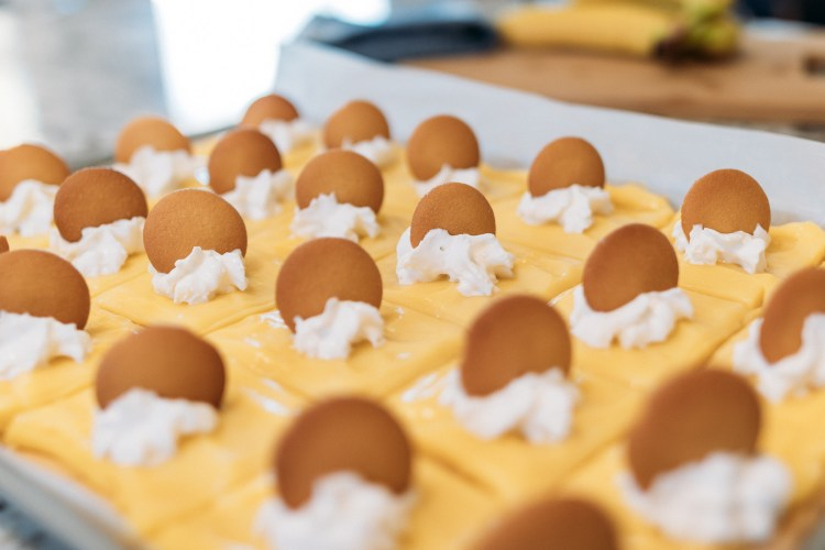 Muz Kremalı Kurabiye Barları |  Muz Kremalı Pasta Tarifi |  Muz Kremalı Pasta Kek Tarifi |  Muz Kremalı Pasta Levha Kek |  Muzlu Tatlılar |  Muzlu Tatlı Tarifleri |  Muzlu Tatlılar Kolay |  Muz Kremalı Pasta Kurabiye |  Muzlu Tatlı Tarifleri Kolay |  Bu kolay muzlu kremalı pasta kurabiye çubuğu tarifi, herhangi bir aile toplantısına veya partisine götürebileceğiniz bir tarif ve kalabalığın favorisi olacak!  #muz #kek #cookie #tatlı #tarif #tarifi günün #easyrecipe #tatlıfoodideas #bananacreampie