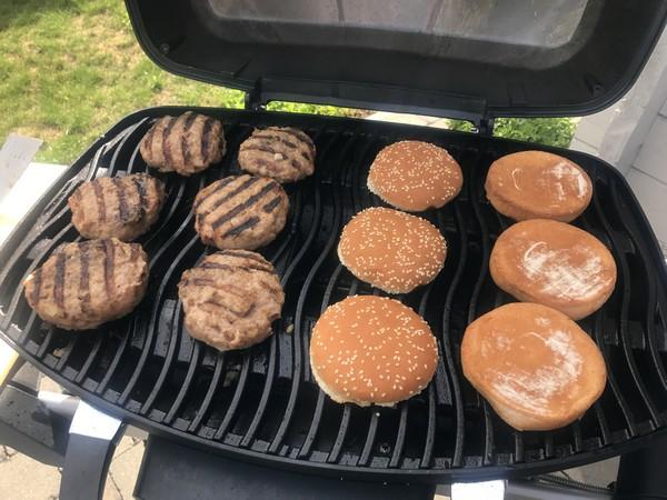 sappige hamburgers op de BBQ