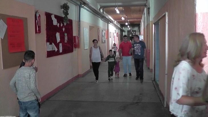 Roditelji vode djake prvake u prvi razred osnovne skole - Sjenica - 1.septembar 2016