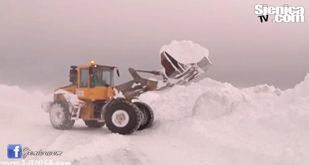 Bager cisti sneg na golijskom putu / Sjenica / Pester 11.02.2015