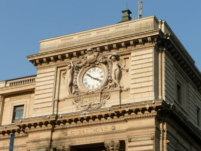 Below this clock is a tourist information center--a good place to get a map AND some warmth!