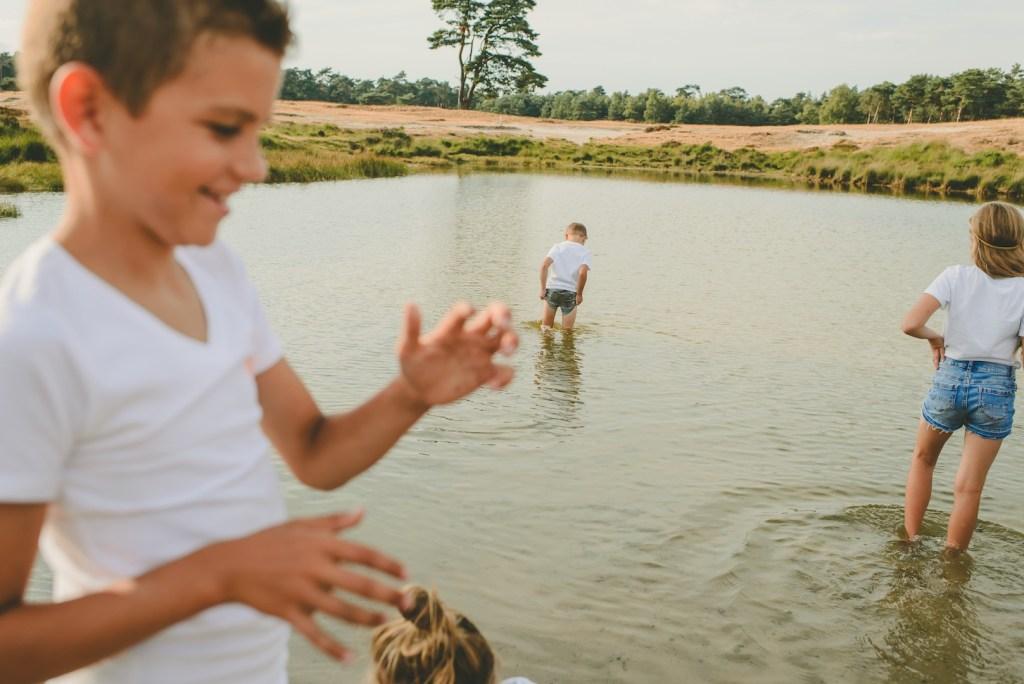 Kinderen lopend in het water