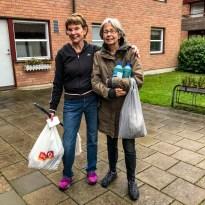 Birgitta och Rode ser till att städskrubbarna har det de ska ha i utrustning.