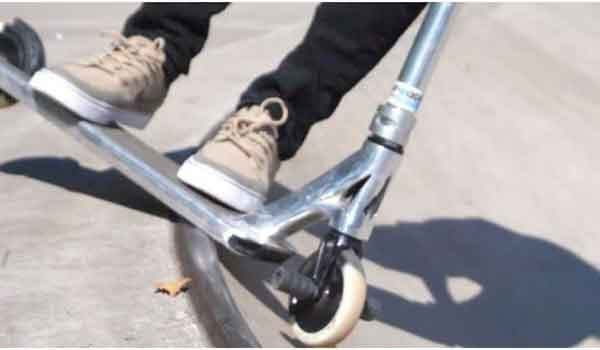 Skateboard vs scooter commuter