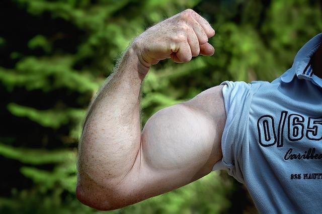 mann mit dicken Muskeln am arm