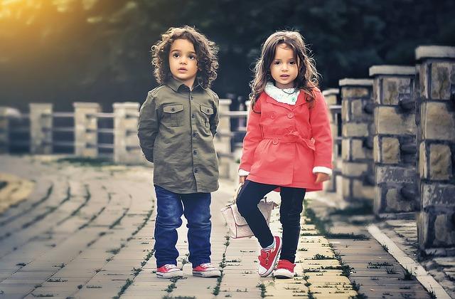 Zwei kinder ein junge und ein mädchen auf einer Brücke