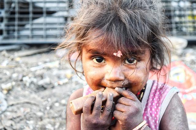 Kind aus dem Slum hat etwas essen auf der Hand, ist tota dreckig, hier: sarkastisch, eigentlich gemein und idiotische bIldauswahl: Wenn mein Kind den Fehler machen würde, geht es ohne Essen ins Bett