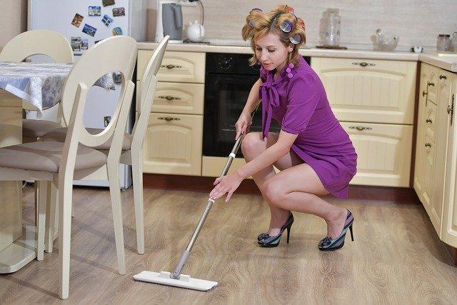 Hausfrau mit Mob Lockenwickler