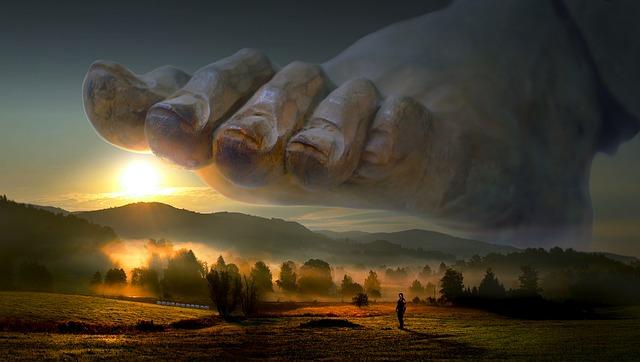 großer Fuß Gottes über einer schönen Landschaft