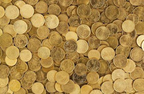 Ein großer Haufen Münzgeld in Euro. Hier: Maul halten und Steuern zahlen.