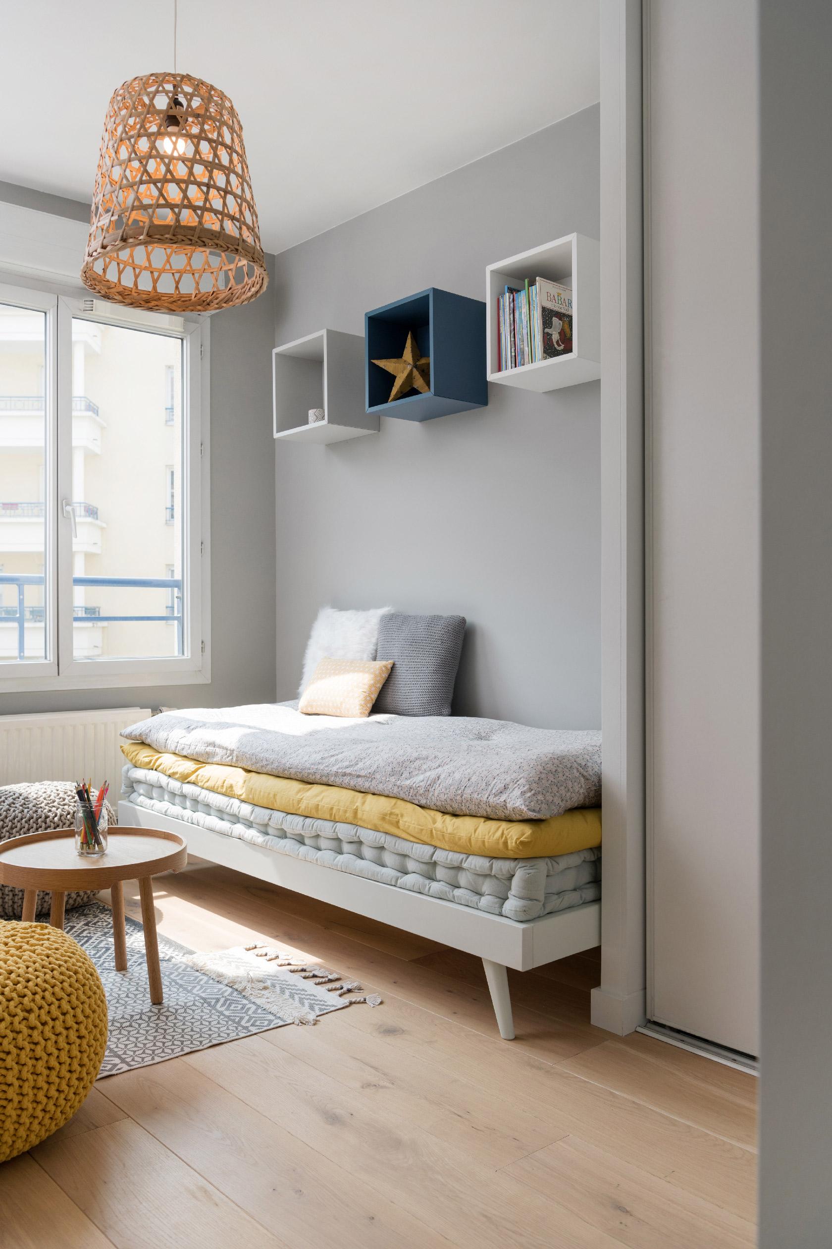 Une chambre d'enfant très bohème avec ses matelas tuftés colorés.
