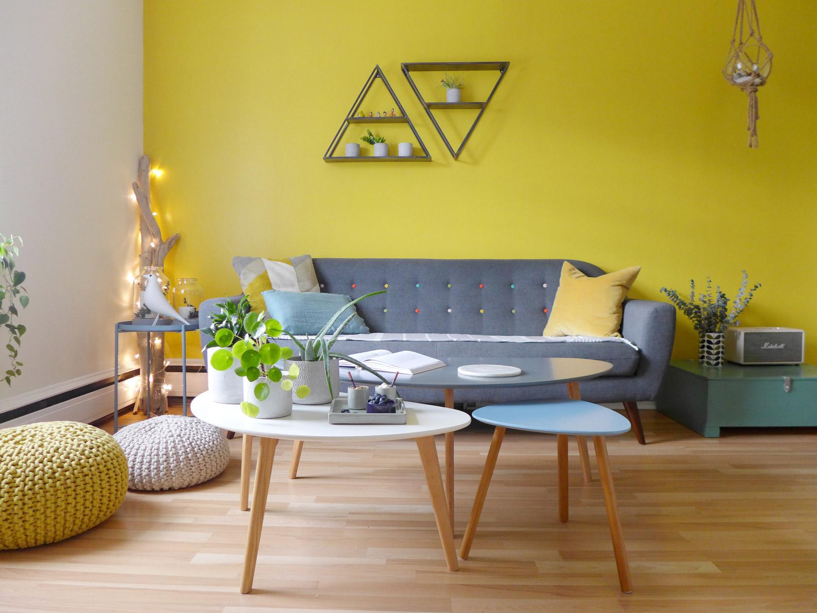 Réalisation du studio d'architecture et de décoration Skéa Designer. Jaune soleil. Le mur jaune du salon illumine la pièce.