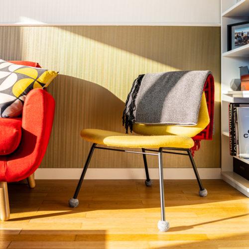 Réalisation du studio d'architecture et de décoration Skéa Designer. Inspiration Mondrian. Un fauteuil jaune de la marque Wood Design.