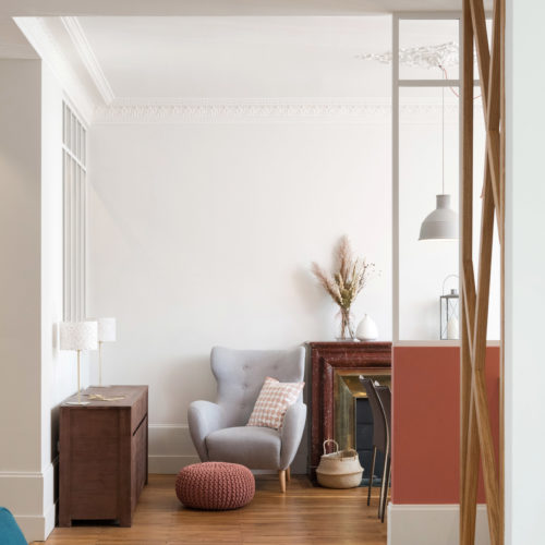 Réalisation du studio d'architecture et de décoration Skéa Designer. Rénovation d'une maison des années 1930. La salle à manger, le coin lecture, la cheminée en marbre rouge, les suspensions Muuto, le rose terracotta, le fauteuil à oreille, le bouquet de pampa.