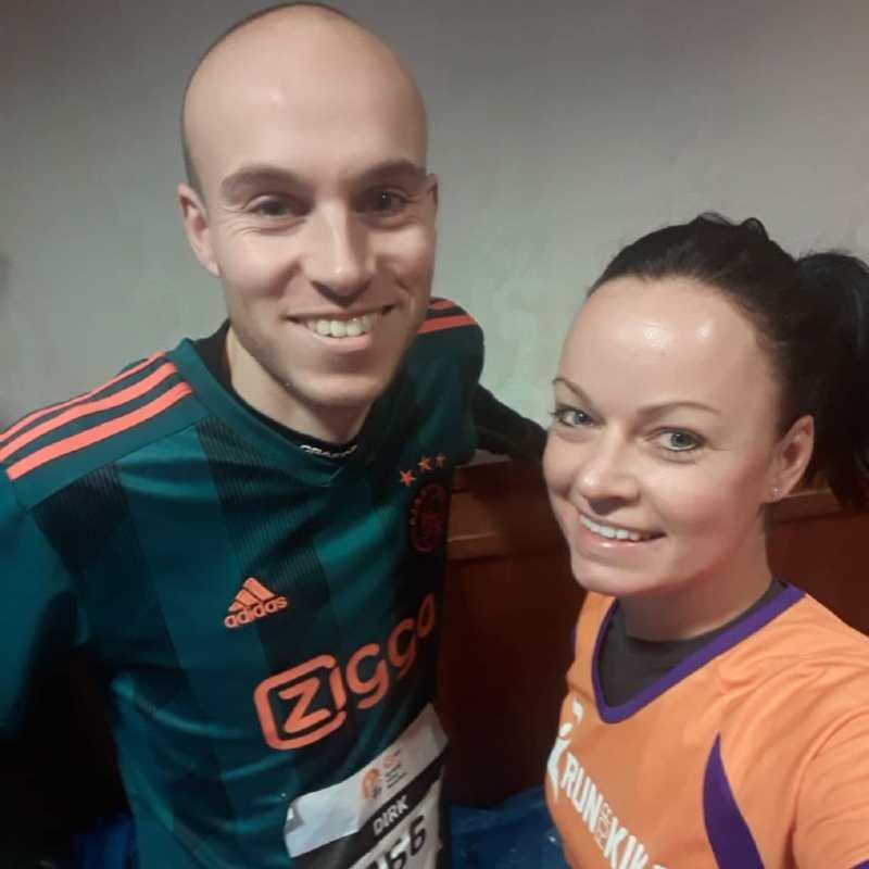 Skedel en Miranda poseren in hotel Zuiderduin voor de start