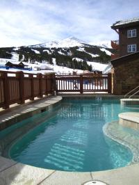 One Ski Hill Place guests can relax in the outdoor, heated pool and hot tub while they enjoy mountain views. | Photo: One Ski Hill Place