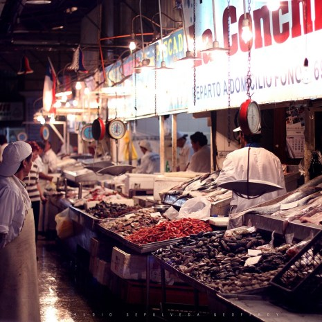 At Santiago's markets, fishmongers, customers and restaurateurs noisily negotiate for the best price. | Photo: Sol Robayo/Flickr