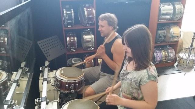 Foto van Romy en Bob tijdens een drumles over techniek.