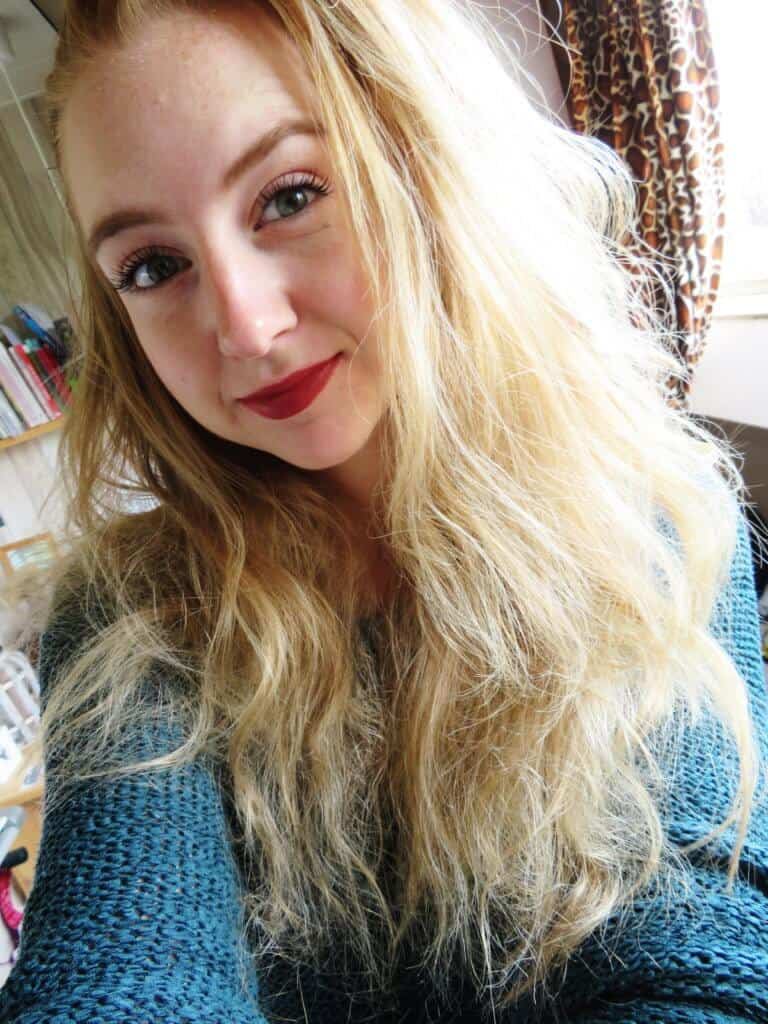 Selfie met de dieprode kleur van bellapierre in de kleur Envy