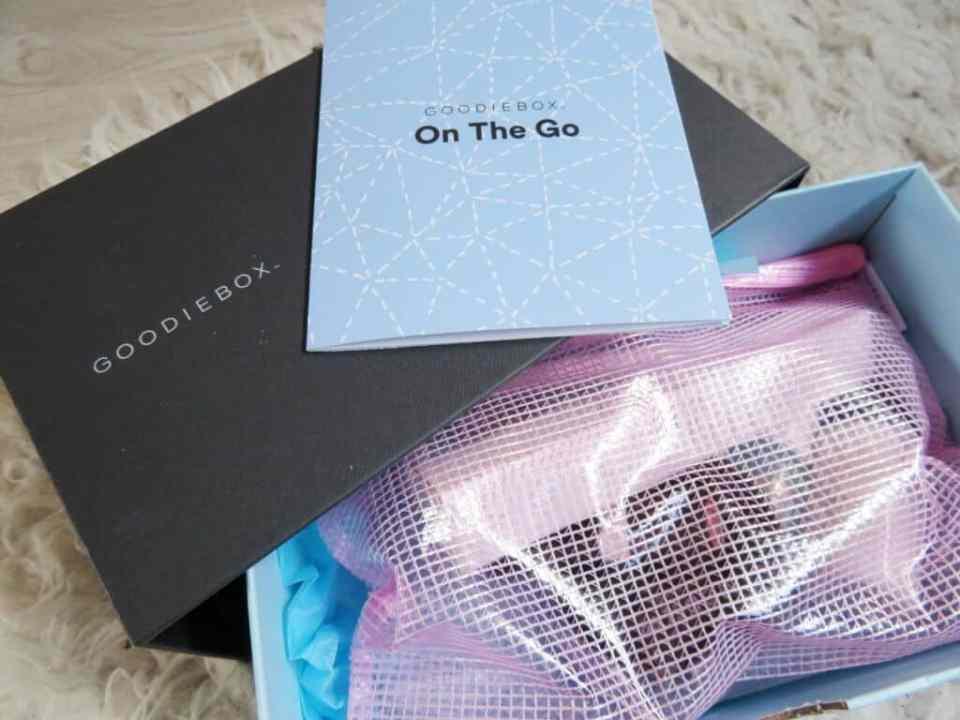 Een prachtige volle box met maar liefst 9 producten. Shampoo, conditioner, make-up, verzorgingsproducten en zelfs een tandenborstel.
