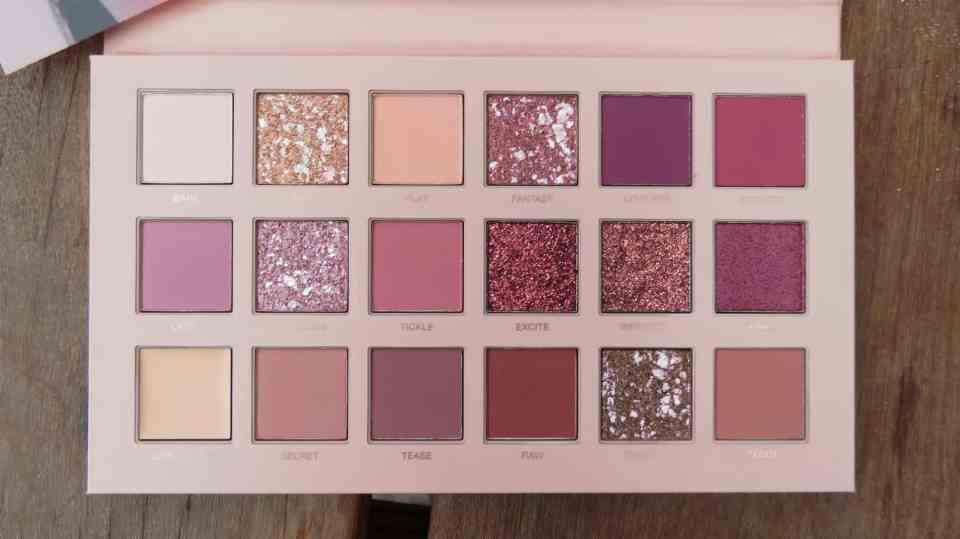 Kleuren overzicht van het new nude huda beauty oogschaduw palette