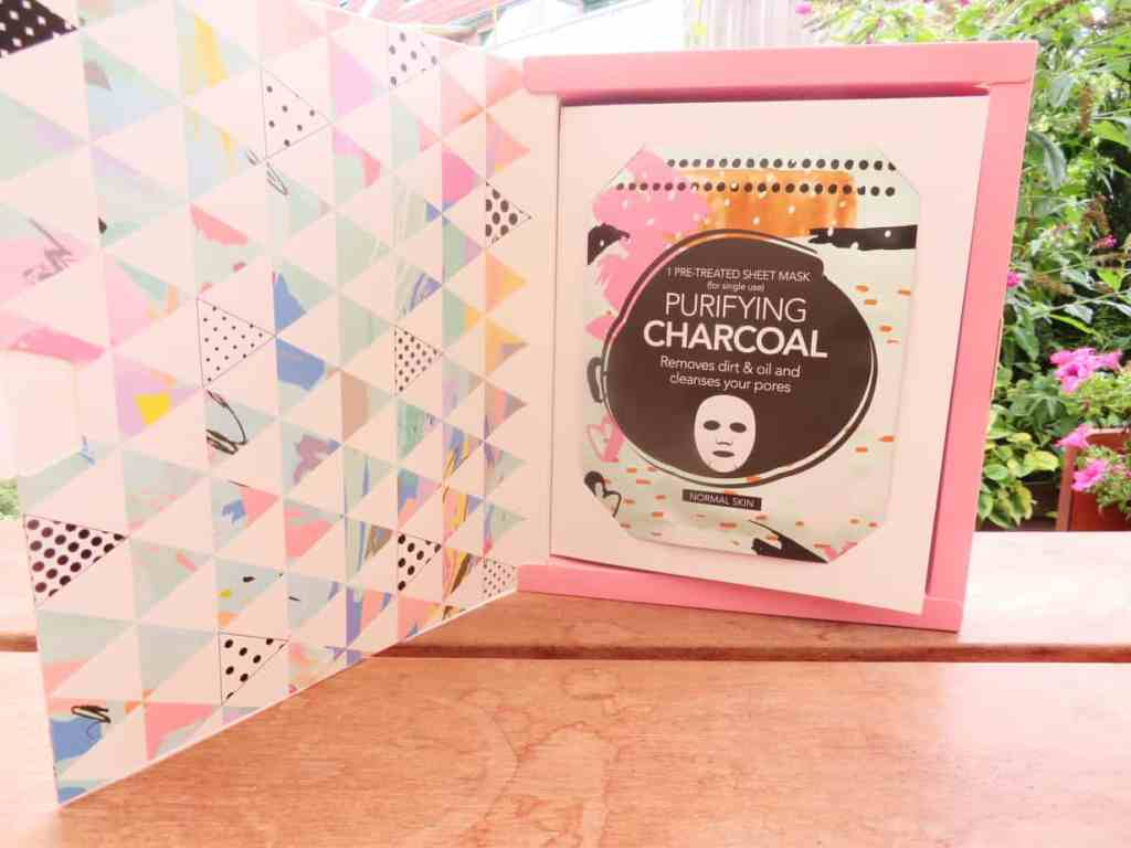 Het purifying charcoal sheet mask. Removes dirt & oil and cleanses pores.