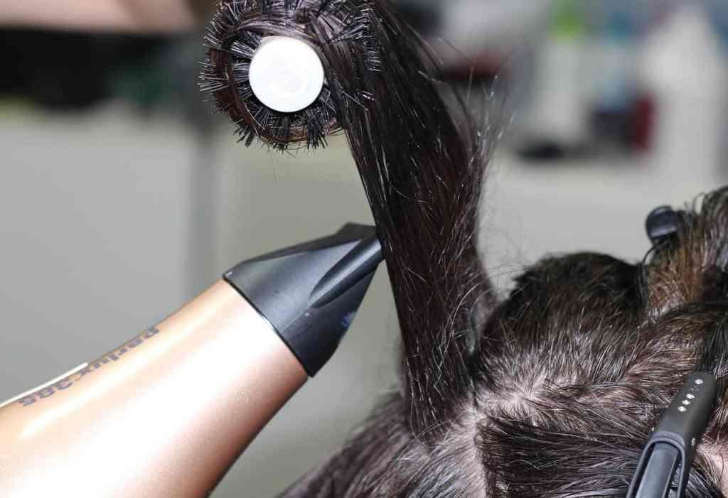 Haren krullen door middel van de föhn en ronde borstel