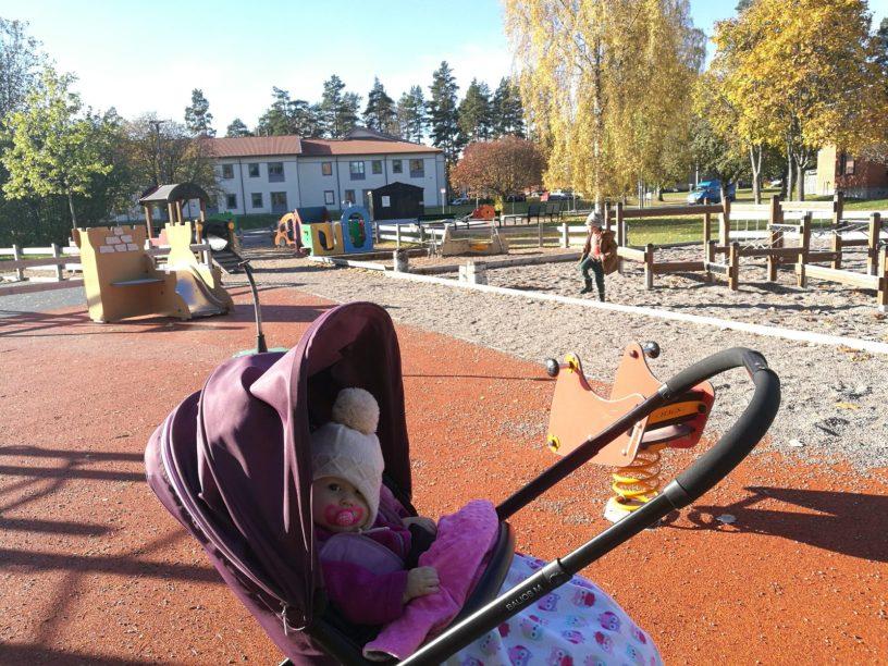 Lekparken med Freja och Caspian
