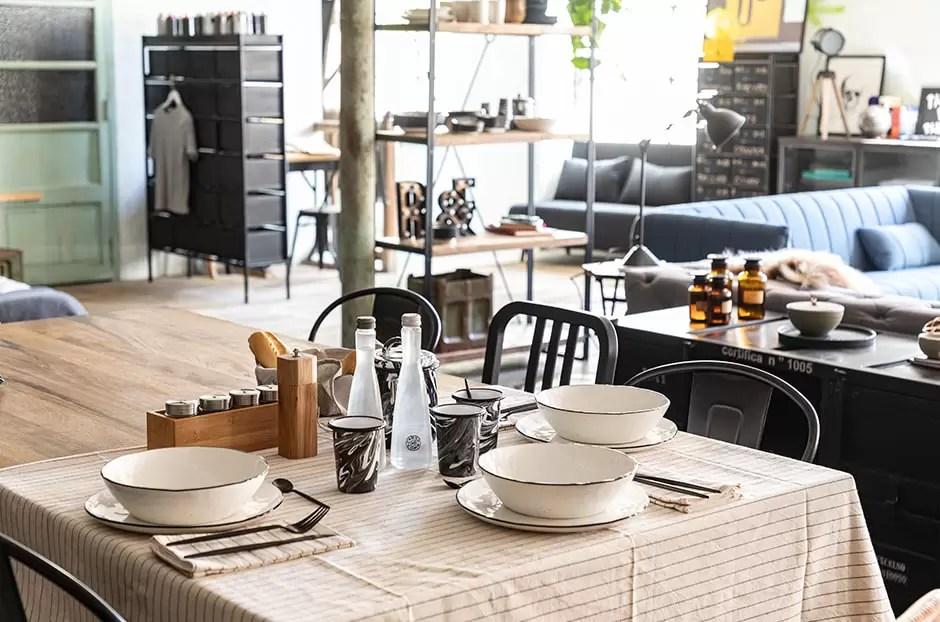 mesa de comedor con vajilla