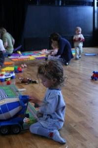 Barn leiker i ein barnehage i Oslo. Foto: Simon Norbert Pranter/http://flickr.com/photos/simonnorbertpranter/2331775036/