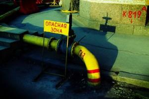 Farleg område er tittelen på skiltet over denne røyrledninga. Det kan nok stemme for russisk økonomi og. Foto: SpacePirate/Flickr