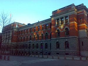 Bak desse veggane sit dommarar og tar politiske avgjerder. Foto: Erlend Bjørtvedt/Wikimedia Commons